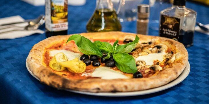 Pravá talianska pizza pripravená pizza majstrom z Neapola