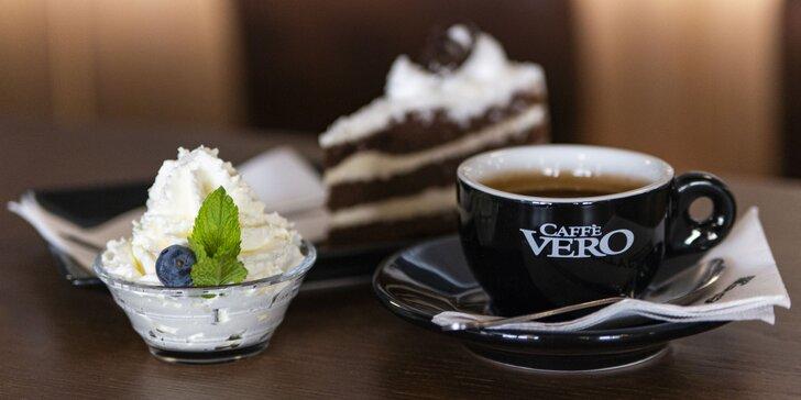 Lahodná káva, čokoláda alebo čaj s koláčom pre 1 alebo 2 osoby