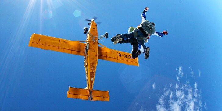 Tandemové aj sólo zoskoky padákom z lietadla z výšky až 4000 m