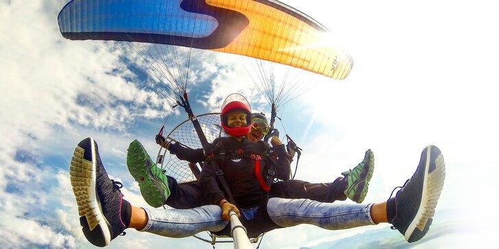 Zábava a adrenalín s motorovým alebo akrobatickým paraglidingom
