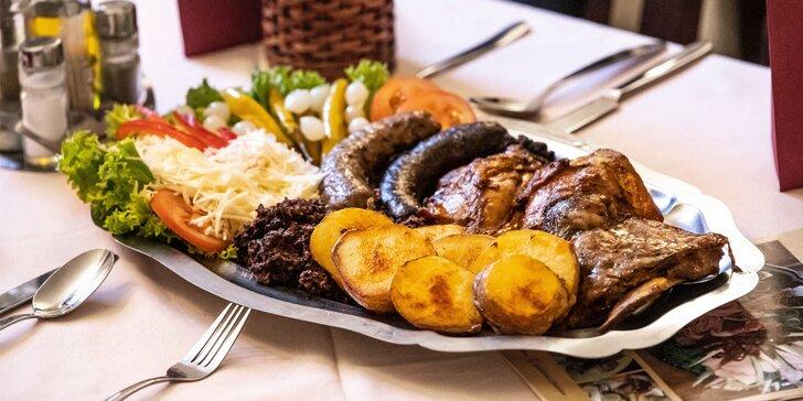 Misa plná domácich zabíjačkových špecialít v srbskej reštaurácii