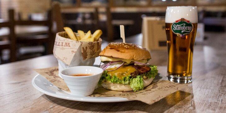 Burger pripravovaný na drevenom uhlí s hranolčekmi a nápojom