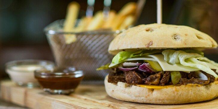 Bajovita burger s trhaným mäsom v talianskej žemli + hranolčeky a omáčka