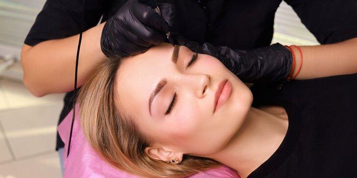 Vždy upravená s permanentným make-upom obočia alebo pier