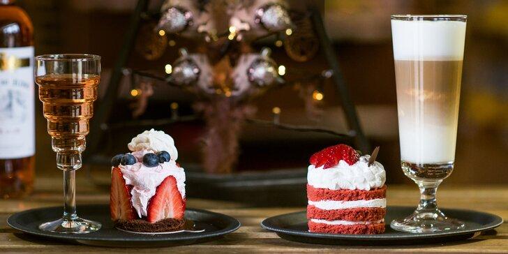 Valentínska tortička s kávou alebo vínom či horúca čokoláda so šľahačkou