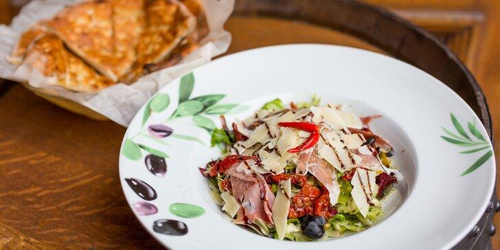 Zdravý šalát či obložený tanier plný lahôdok v pizzerii Borsalino