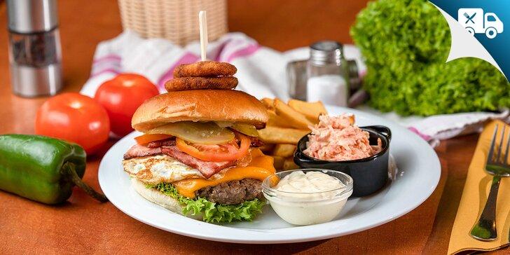 Neodolateľné burgery s hranolčekmi a šalátom coleslaw - aj na donášku!