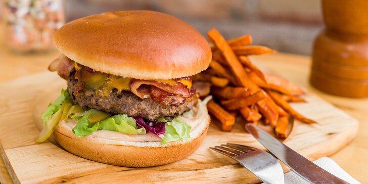 Nadupaný burger s domácimi hranolčekmi a nápojom - take away alebo donáška