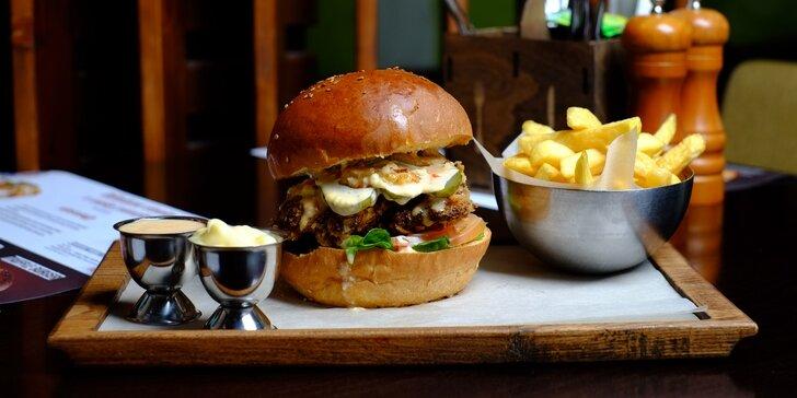 Šťavnatý hovädzí či kurací burger s hranolčekmi a domácou omáčkou