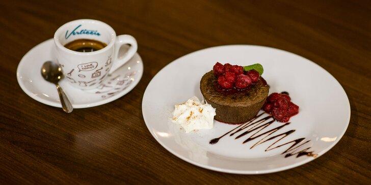 Lahodná káva s donutom, tortou alebo chutným lávovým koláčikom