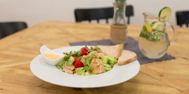Zeleninový šalát s kuracím mäsom, tuniakom či schwarzwaldskou šunkou a mozzarellou