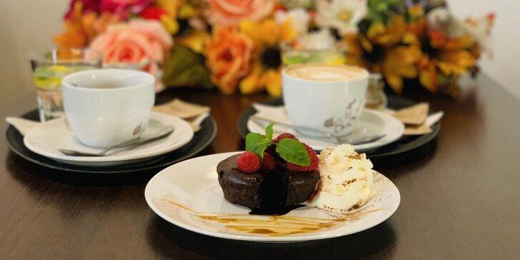 Lahodná torta či lávový koláč s kávou alebo ľadová káva so zmrzlinou
