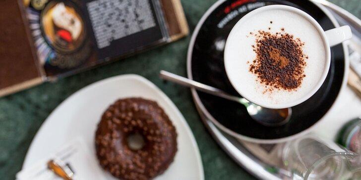 Exkluzívna káva s lahodným donutom a minerálkou