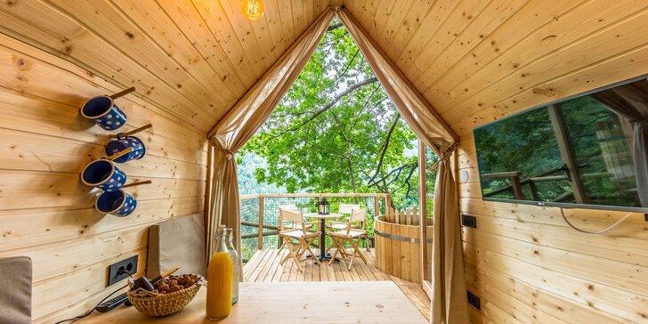 Luxusný glamping s raňajkami: drevený domček v lese až pre 4 osoby, horúca kaďa na terase, sauna i masáž