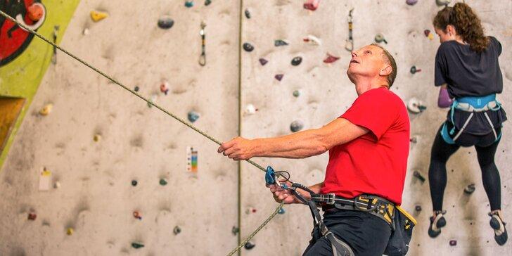 Lezenie na lezeckej stene pre rodiny s inštruktorom