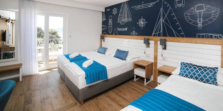 Pohodová dovolenka v chorvátskom Drveniku: moderný hotel 50 m od pláže a polpenzia