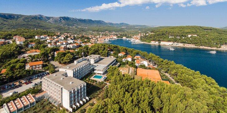Dovolenka na ostrove Hvar: 3* hotel pri mori, chutné raňajky, terasa s bazénom