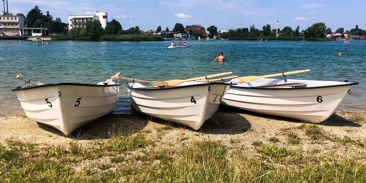 Požičajte si loďku až pre 4 osoby a vydajte sa na pohodovú plavbu na Slnečných jazerách!