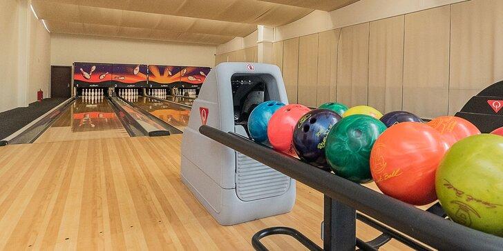Hodina zábavy na bowlingu a billiarde pre 5 hráčov v Bowling Bar Malacky
