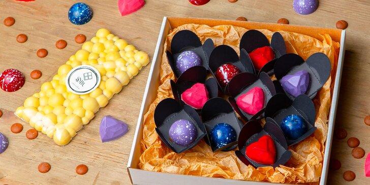 Ručne vyrábané čokoládové pralinky alebo tabuľková čokoláda