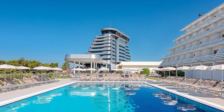 Dovolenka v chorvátskych Vodiciach: 50 m od pláže, vonkajší a vnútorný bazén, polpenzia