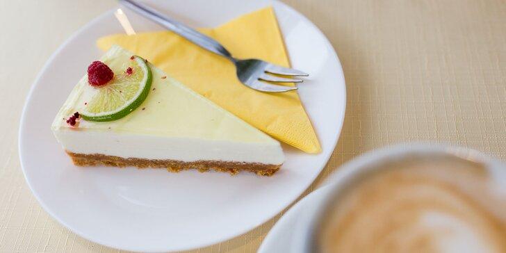 Domáce zákusky s kávou, zmrzlinový pohár, ľadová káva či ovocná limonáda