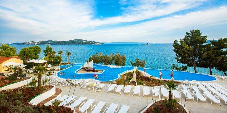 Dovolenka v perfektne vybavenom rezorte pri Splite: klimatizované mobilné domčeky až pre 6 osôb a more zábavy