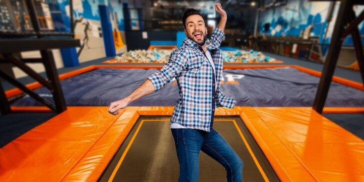 Uži si skoky na trampolíne a neobmedzený pohyb v trampolínovom centre JUMP ARENA