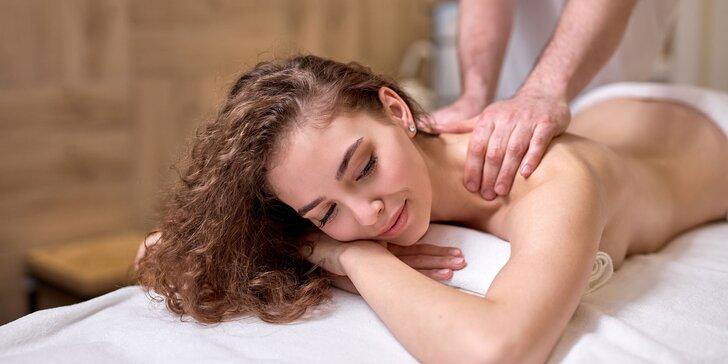 Klasická alebo olejová masáž z rúk fyzioterapeuta alebo slabozrakého maséra