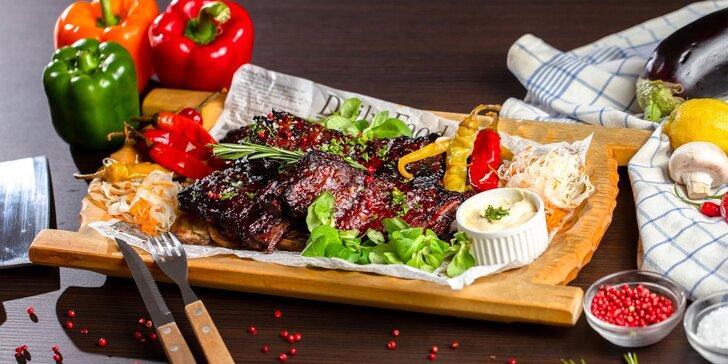 Pečené mäsové špeciality: Rebrá, koleno, klobásy, steaky, krídla i rezne