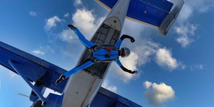 Zažite adrenalínový sólo zoskok s padákom z výšky 1200 metrov