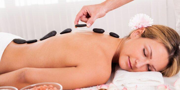 Masáže lávovými kameňmi či reflexná masáž