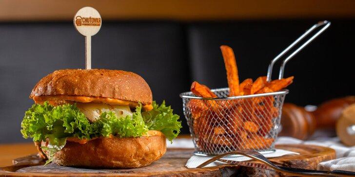 Fantasticky šťavnatý flank steak burger s batátovými hranolčekmi
