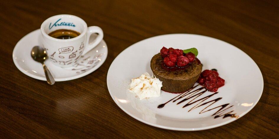 Lahodná káva s koláčom, tortou či palacinkami