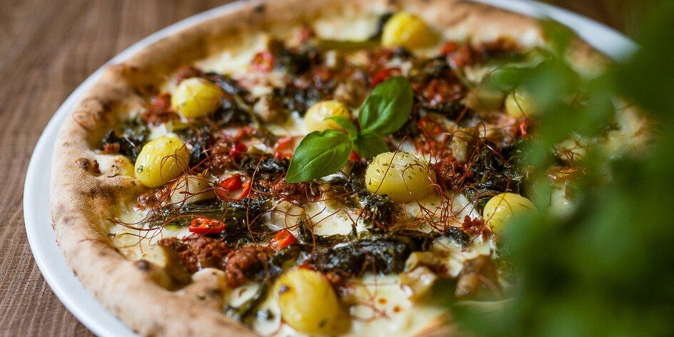 Talianska pizza pečená na dreve v pizzerii Originale