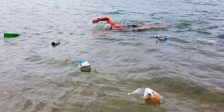 Zlomí slovenský rekord? Plavkyňa Soňa Rebrová pláva za čistejšie rieky bez plastov