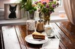 Káva a koláčik v mačacej kaviarni MAČINÉZY
