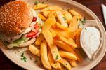 Šťavnatý burger s hranolčekmi v Ružinove