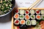 Vegetariánsko-vegánske sushi a šalát s avokádom a tofu
