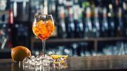 Svieže miešané alko a nealko drinky s čerstvým ovocím