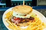 Pravý írsky burger Buffalo Bacon aj s hranolčekmi a malinovkou