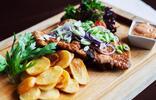 Grilované špecialitky s hranolčekmi alebo vykostené kura so zemiakovými chipsami