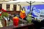 Osviežujúce miešané drinky v bare Peoples
