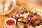 Denko plné grilovaného mäska, jaterníc, klobás a pečeného bôčiku pre 4 hladošov