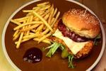 Hovädzí či kurací burger s hranolčekmi