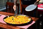 Pravá španielska paella s plodmi mora alebo s kuracím mäsom a fľašou vína