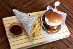 ROYAL MC Pulitzer burger s hranolčekmi a domácou slepačou polievkou