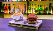 Obľúbený írsky burger je späť! MONTRY JACK CHEESE BURGER s hranolčekmi