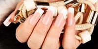Nové gélové nechty s farebným lakovaním alebo s francúzskou manikúrou
