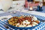 Kamzík tanier: Bryndzové halušky, pirohy, strapačky a opečená klobása